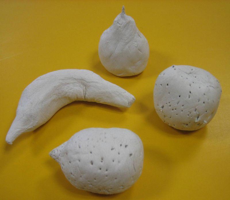 Fruits modelés en terre blanche.