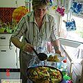 Sara cuisine une paëlla pour ses collégues......