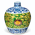 A rare blue and white and yellow, green and aubergine-enameled incised ovoid vase, <b>Jiajing</b>-Wanli period (1522-1619)