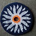 Frisbee paquerette sur fond bleu foncé #ffb000126
