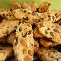 Biscottes à l'orange, olives et pignons