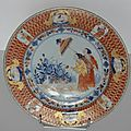 Une assiette en porcelaine décorée en bleu sous couverte, rouge de fer et émail or. Chine époque Kangxi (1662 - 1722).