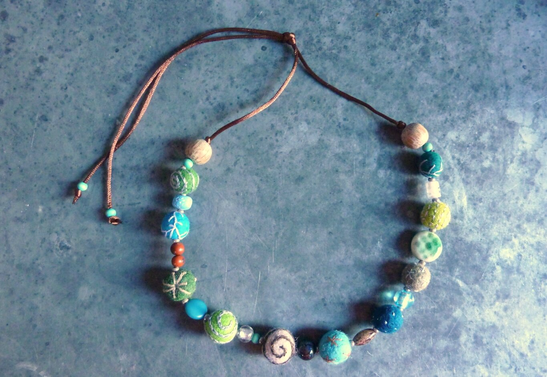 collier de laine bleu-vert