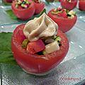 Tomates farcies aux petits légumes crus et à la mousse d'artichauts
