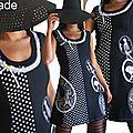 Robe maille Rétro Noire Blanche à Pois à médaillons Couture Féminins et laçage dos.