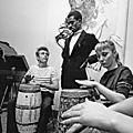 1955, James Dean joue du Bongo par <b>Dennis</b> <b>Stock</b>