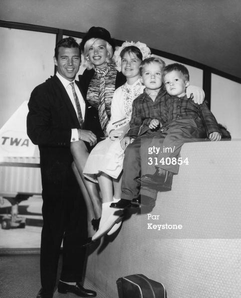 jayne-1962-05-09-ny_airport-with_family-1