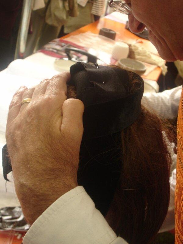 10 maintenu par un ruban de velour et fixé sur le bonnet