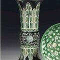 Rare <b>vase</b> <b>cornet</b> en porcelaine de la famille noire, gu, Chine, dynastie Qing, XVIIIème siècle