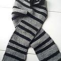 Écharpe rayée grise et noire