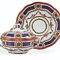 Ecuelle ronde couverte et son plateau circulaire en porcelaine tendre de Sèvres, datée <b>1767</b> - Sotheby's