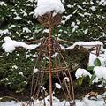 Épouvantail en osier avec sa calotte de neige