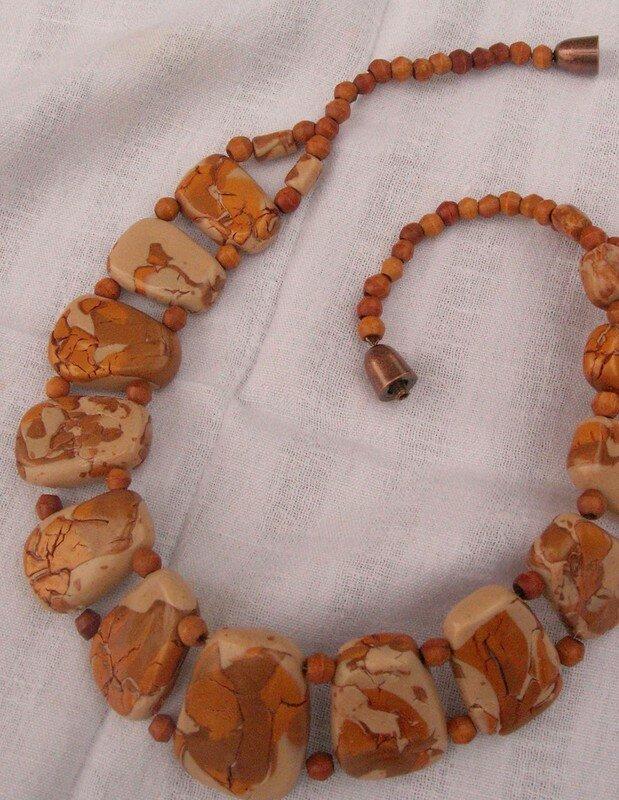 Un collier tout craquelé dans des tons or et ivoire