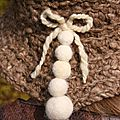 chapeau au crochet en <b>laine</b> <b>filée</b> <b>main</b> de couleur praline moucheté beige clair, garnit de petites boules de <b>laine</b> feutrées