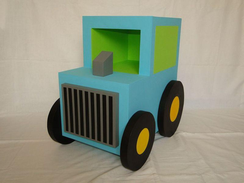 table de chevet tracteur meubles en carton la cr ath que de nadine. Black Bedroom Furniture Sets. Home Design Ideas