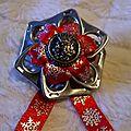 broche ruban rouge et flocons argentés