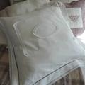 Gros coussin en drap ancien, dentelles et perles blanches en verre