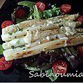 Asperges poêlées au parmesan sur lit de salade