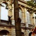 La manif pour le Tibet du 16 mars 2008 - le drapeau tibétain a remplacé le drapeau chinois sur l'ambassade de Chine