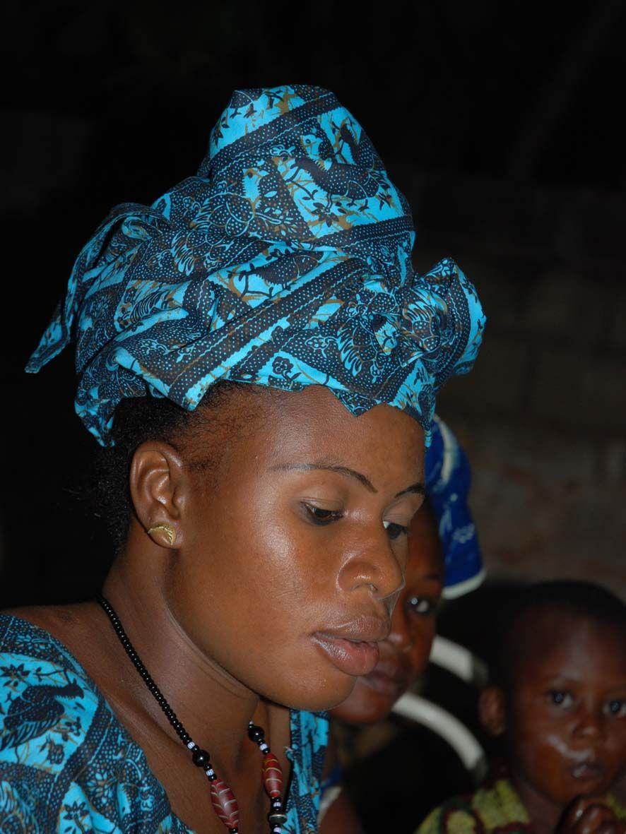 Foulard en wax assorti porté sur le haut de tête