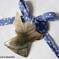 Ange en nacre (sur ruban bleu mini étoiles blanches)