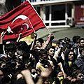 Des <b>manifestations</b> massives font trembler le gouvernement turc