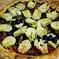 Tarte aux poivrons, olives noires, artichauts et houmous