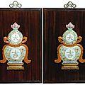 Paire de plaques en porcelaine de la famille rose dans leur cadre en bois. chine, dynastie qing, xviiie -xixe siècle