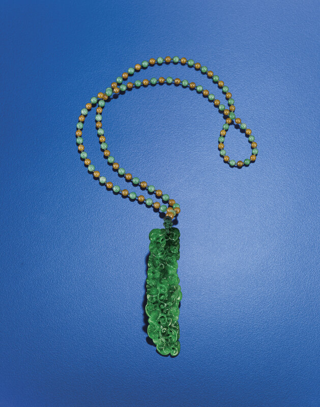 2012_HGK_02963_2359_000(a_finely_carved_jadeite_pendant_with_beaded_chain)