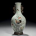 Vase de forme bouteille en porcelaine décorée en émaux polychromes de la famille rose. <b>Marque</b> et <b>période</b> <b>Qianlong</b>