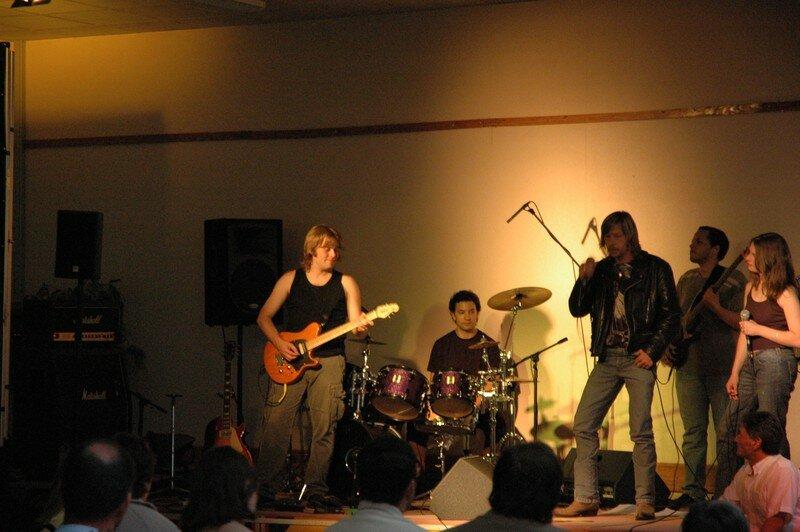 Serge CHOLBI (en bas à droite de l'image), Sunsy (et ses musiciens) et Philippe FLAMAND un sosie de RENAUD tout aussi généreux et talentueux que le vrai lors du concert pour Lolita