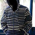 Une veste à capuche rayée