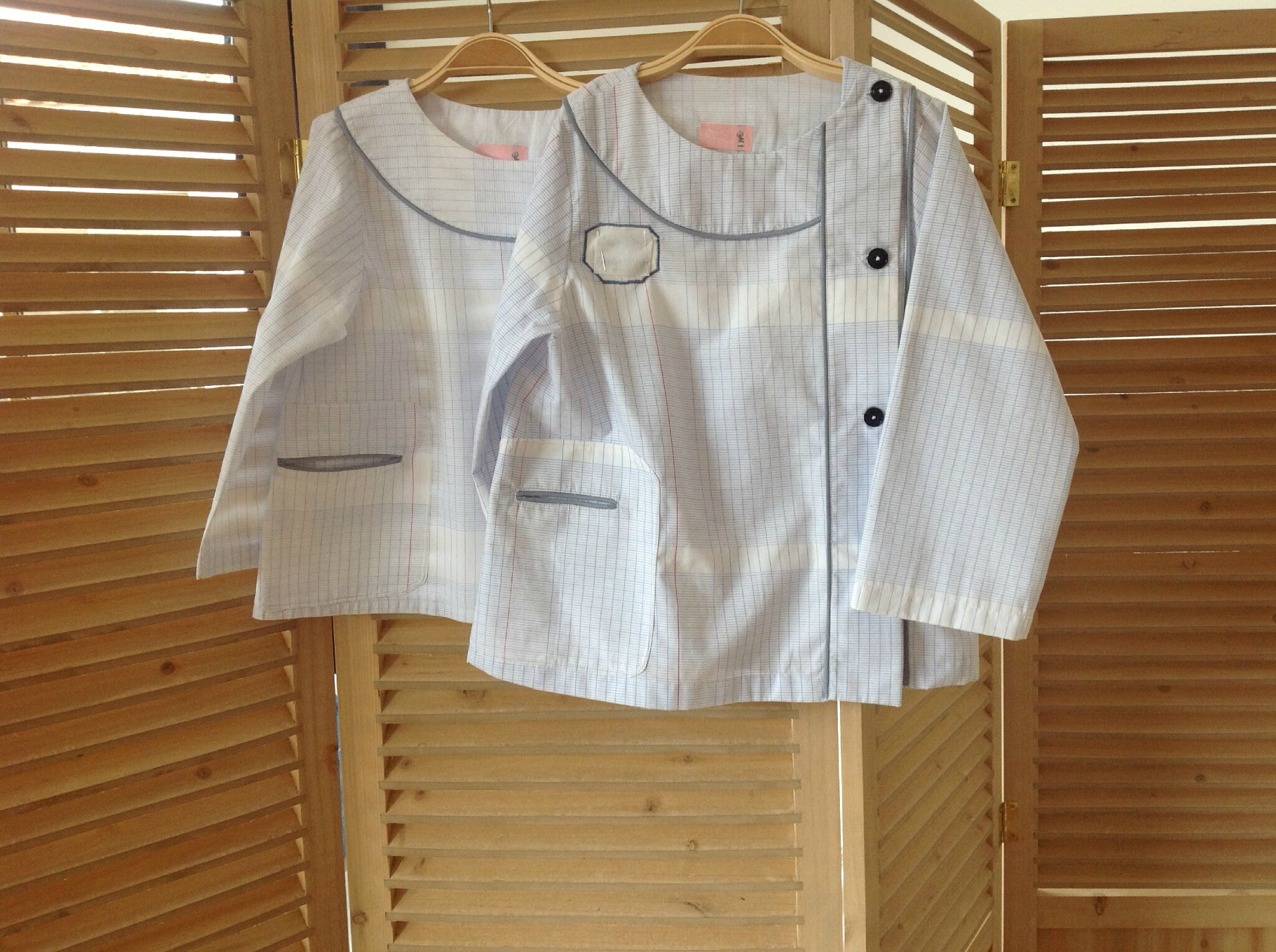 Blouse d'écolier, tissu en carreaux de cahier, 35€, 5 € de plus pour le broder au prénom de l'enfant.
