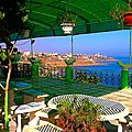 Le bleu profond de la mer de dellys vue panoramique - ville d'algerie
