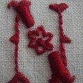 N petite fleur, brodé en rouge sombre sur un petit coeur