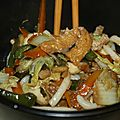 Chou chinois sauté aux légumes et tofu accompagné de nouilles udon