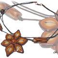 collier fleur marron orangé