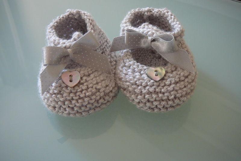 Chaussons en soie gris perle (taille naissance)