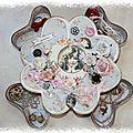 Une boite de rangement avec tiroirs en forme de coeur