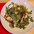 Salade de roquette ou épinards, aux poires, parmesan et chips de prosciutto, sans gluten