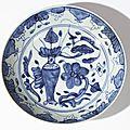 Plat à décor d'un vase, Chine, fours de <b>Zhangzhou</b>, dynastie des Qing
