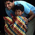el tío Hernán entrega los regalos