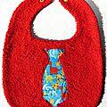 Bavoir rouge avec cravate turquoise aux dinos multicolores