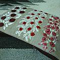 trousse aux fleurs rouges et feuillage blanc sur lin