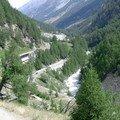 La route, le chemin de fer, le torrent, les trois voies d'accés