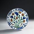 Plat à decor floral, Iznik, vers <b>1570</b>-1575
