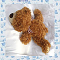 Doudou Peluche Ours Allongé Sonore <b>Marron</b> Poil Long Noeud <b>Marron</b> Et Blanc Gipsy