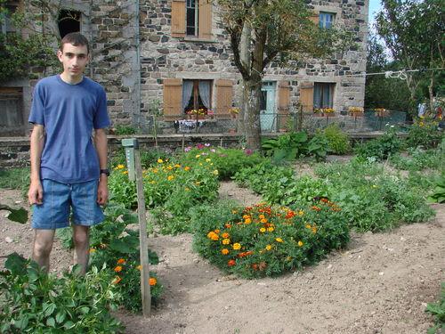 2008 08 02 Me voici devant mon jardin
