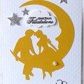 Un couple d'amoureux dans la lune ... des <b>étoiles</b> argentées pailletées ... une carte de félicitations de mariage !!
