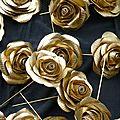 Broche, rose en papier or, pour Perrier Jouët